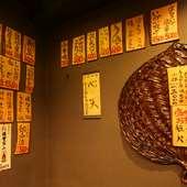 壁の木に手書かれたメニュー表