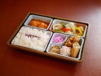 海老チリ、春巻きなど人気の中華メニューが楽しめるお弁当です。会議、セミナー、ご会食などに  ※前日までのご予約をお願いいたします。 ※2個からご予約承ります