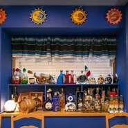 メキシコ国旗をイメージさせるグリーンと赤基調の可愛らしい店内。本物の味をお届けすべく、メキシコの家庭料理を豊富にご用意しております。  ワカモレやチップスなど人気メニューを詰め込んだコース「2600円~」。
