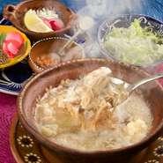 豚の肉や骨、ジャイアントコーンなどを3日間煮込んだスープ。沢山の薬味や野菜といっしょにお楽しみ下さい。出汁をとるところから手づくりにこだわった母の味です。濃厚なスープにたっぷりの野菜、栄養満点の一品!