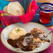 何十種類ものスパイスと唐辛子を石臼で擂り『モレ』の主役になるチョコレートとトマトや玉ねぎ等の野菜を入れ3日かけて贅沢に煮込んだソースです。世界遺産のメキシコ料理を代表する一品。ぜひお召し上がり下さい。