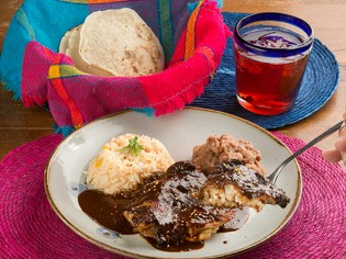 メキシコ料理には欠かせない一皿『モレ』、奥深い味わいです