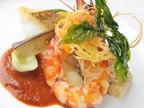 新鮮な魚介類の味に海老の風味がたっぷりの人気のソースが決めて