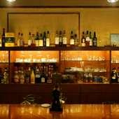 コーヒー豆とウイスキーが並んでいる不思議なバックバー
