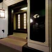 一歩足を踏み入れるとかつて質屋の蔵として使われていた扉がある