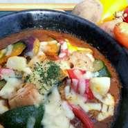 季節の彩り野菜とHAMAオリジナルカレーを陶板にのせてチーズをかけオーブンで焼き上げました。アツアツの陶板に中に入っているとろ~り半熟卵が絶妙にマッチしています