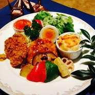 お豆腐のハンバーグやヒレカツ、グラタンなど厳選した食材でワンプレートに仕上げました。季節の野菜といっしょにどうぞ!