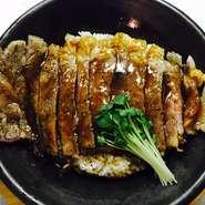肉にもこだわり、「名人牛」のロースを使用。『ステーキ丼』はステーキソースのみですが、『王様ステーキ丼』はステーキソースの他にヒマラヤのピンクソルト、ポン酢、ワサビで召し上がっていただきます。