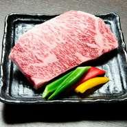 とろけるような柔らかさ、口の中で溢れる肉汁を楽しめる『厚切りサーロイン』は肉本来の味が楽しめる自慢の食材です。その他の部位も国産黒毛和牛にこだわっているので、最上級の味を楽しめます。