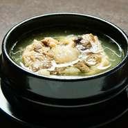 体を温め新陳代謝を促進する働きがあり、美容にいいとされる唐辛子を使用した一品料理メニューを豊富に用意しています。『スンドゥブチゲ』やコラーゲン豊富な『自家製テールスープ』は女性に人気です。