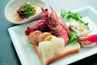 魚・エビ2尾・イカ・ほたて。前菜・スープ・サラダ・調理野菜・白御飯・コーヒーor紅茶・デザート付です。
