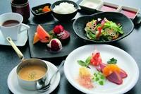 ・前菜 ・スープ ・サラダ ・調理野菜 ・白ご飯 ・コーヒー ・デザート