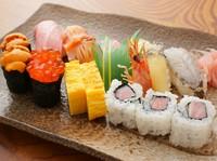 本マグロの大トロ、中トロ、活車海老など旬の魚介類満載です!