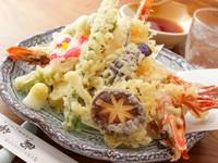 頭付き大海老2本と野菜など、とにかくボリュームがあり満足できる人気メニュー