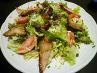 サラダにしてはお腹にたまる一品。男性客に人気のサラダです。