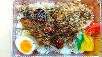 30年以上継足しで作った焼鳥のたれに2度付けしてこんがりと焼いた鶏ももとつくね団子 白飯と一緒にかきこんでみてください。