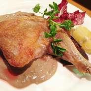 骨付きのまま開かずにゴロッと焼きあげたもも肉のジューシーな味わいは究極でしょう!