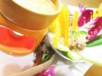 バーニャ・カウダはイタリア・ピエモンテ州を代表する野菜料理。ポットにのった熱々のアンチョビ、にんにくとオリーブオイルのソースをつけて!!