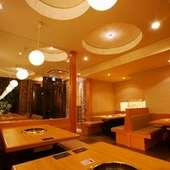明るくて気持ちのよい1Fテーブル席。水槽の金魚やエビも…