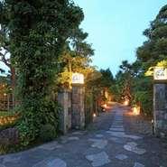 門から庭園を見ながら玄関に一歩足を踏み入れると、それまで漂っていた和の空気ががらっと一変、自由でモダンな雰囲気に包まれます。創作料理の数々と庭園の大景観が、お集まりの人々に穏やかな時間お届けします…。