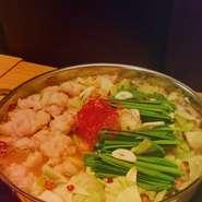 魚を知り尽くした、大将こだわりの出汁と国産ホルモンを使用した究極の「もつ鍋」です。プリプリの食感で、やみつきになります。