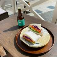 テラスで奥河口湖を眺めながら、サンドイッチやドリンクなどをお楽しみ下さい。テラス席はペットと一緒に楽しむことも可能です。お気軽に店員へお尋ねください。