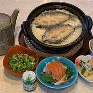 富士山麓の新鮮な鱒を使い、米粉でカラッと揚げた後、出汁で炊き込んだご飯です。旬な食材を使用した副菜が3品セットとなった贅沢なメニューです。