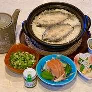 富士山麓の新鮮な鱒を使い、米粉でカラッと揚げた後、出汁で炊き込んだご飯です。鱒は姫鱒を使用しております。