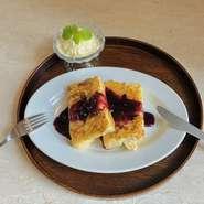 ふわふわフレンチトーストに自家製ブルーベリーソースをかけて。鳴沢の大粒ブルーベリーの甘酸っぱさがフレンチトーストともアイスとも相性バッチリ。