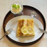 自家製のレモンシロップをかけて。レモンシロップが爽やかな甘さでレモンを感じ、フレンチトーストとアイスtの相性ぴったりです。
