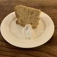 週によってフレイバーが変わる当店自慢のふわふわシフォンケーキです。+100円でホイップクリームが付けられます。