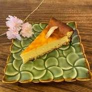 レモンの風味をしっかり感じる爽やかなベイクドチーズケーキです。+100円でホイップクリームが付けられます。