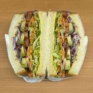 新鮮野菜がたっぷり入った目にも体にもうれしいサンド