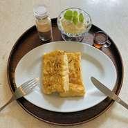 ふわふわなフレンチトーストにアイス付き。メイプルシロップとシナモンパウダーをかけて味の変化も楽しめます。