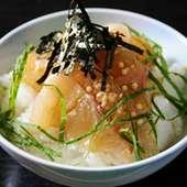 刺身用の鯛をゴマの風味の効いたタレで味わう名物料理、鯛茶漬け