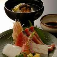 【特別料理】秋は、 待望の【松茸の土瓶蒸し】が登場! 夏は【鱧(はも)と枝豆のすり流し】をご用意