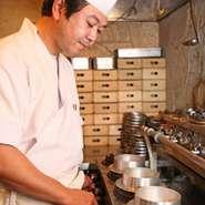 独自にブレンドした米を使い、注文の都度、生米から炊き上げます。 お持ち帰り用に陶器の釜でも炊く事ができ、お土産に喜ばれております。