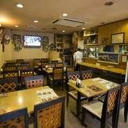 店内はテーブル席とカウンター席の2種類があります。テーブル席はファミリーや同僚とのお食事に最適な広さ。一人でも気兼ねなく入れるカウンター席は目の前でお料理が出来上がる音や香りを感じられる特等席です。