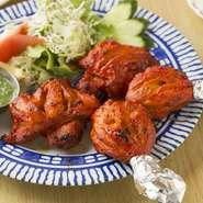 スパイシーな鶏もも肉はジューシーで柔らかく、香り高いミントのソースはさっぱりとした味わいです。
