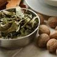 発酵して乾燥させた青菜やスパイスなど、現地ならではの味わいを作り出す素材にこだわっています。