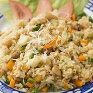 たっぷりの野菜と鶏肉が入ったチャーハンも裏メニュー。ご飯は現地のものに変更可能です。お値段要確認。