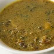 大根やカリフラワーの葉を乾燥させた、漬物のような味わいと程よい塩加減、スパイシーな味つけ。ここにジャガイモ、大豆、スパイスを入れて作るカレースープです。夏バテや食欲がないときにも最適です。