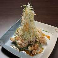 岩手県産の五穀味鶏を、新鮮な油で外はサクッと中はジューシーに揚げました。毎日切る千切り野菜も魅力。