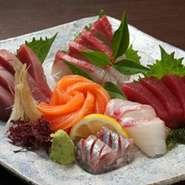 板長が厳選した毎日仕入れる旬の魚を、盛り合わせでお出ししています。鮮度もキレもバツグンです。