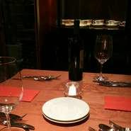 コース仕立ての料理やワインは、特別な日のお食事に最適です。店内の照明にはやさしさがあふれ、落ち着いた雰囲気のなか、とっておきのひとときを過ごしてみてはいかがでしょうか。