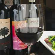 イタリアワインを中心に、随時50種類以上取り揃えております。お気軽に問合せください。 グラス720~ ハウスワインボトル4180~14000 イタリアワインリスト5870~77000