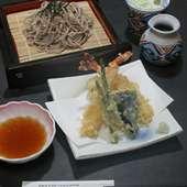 信州そばとサクサク天ぷらが自慢天ざるそばは当店のロングセラー