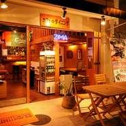 自慢のフローズンカクテルやビール片手に、店内モニターでお好きな音楽や映像をお楽しみ下さい。冷たいお酒と相性抜群のチキンやアボカド料理、ナチョスなどおつまみも豊富。飲み放題付コースは3500円~。