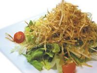 こまかく千切りしたジャガイモをカリカリのポテトに仕立てサラダにトッピングしました!!