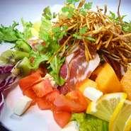 イタリア産、プロシュートを使用したチーズや色とりどりの野菜やフルーツが盛りだくさんのサラダ。